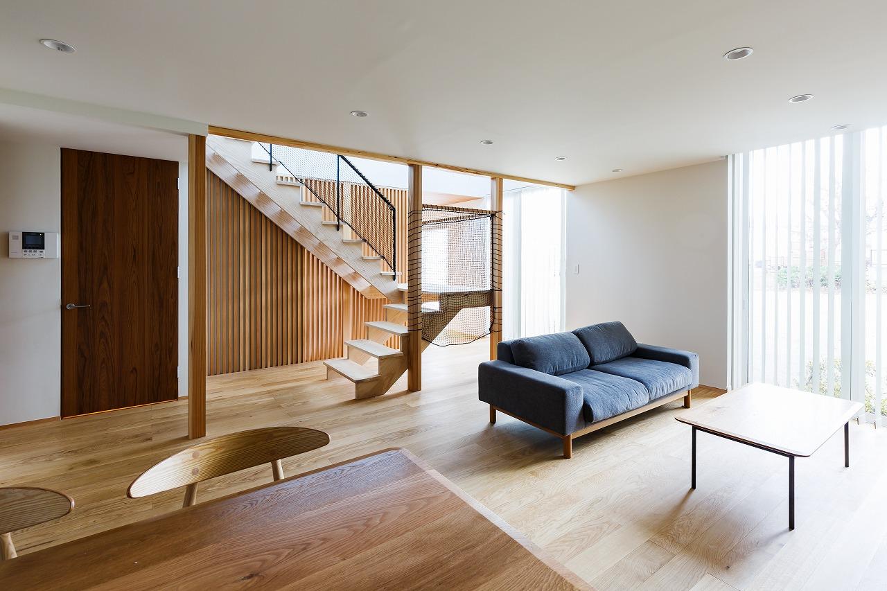 オリジナル階段とバルコニーがある家