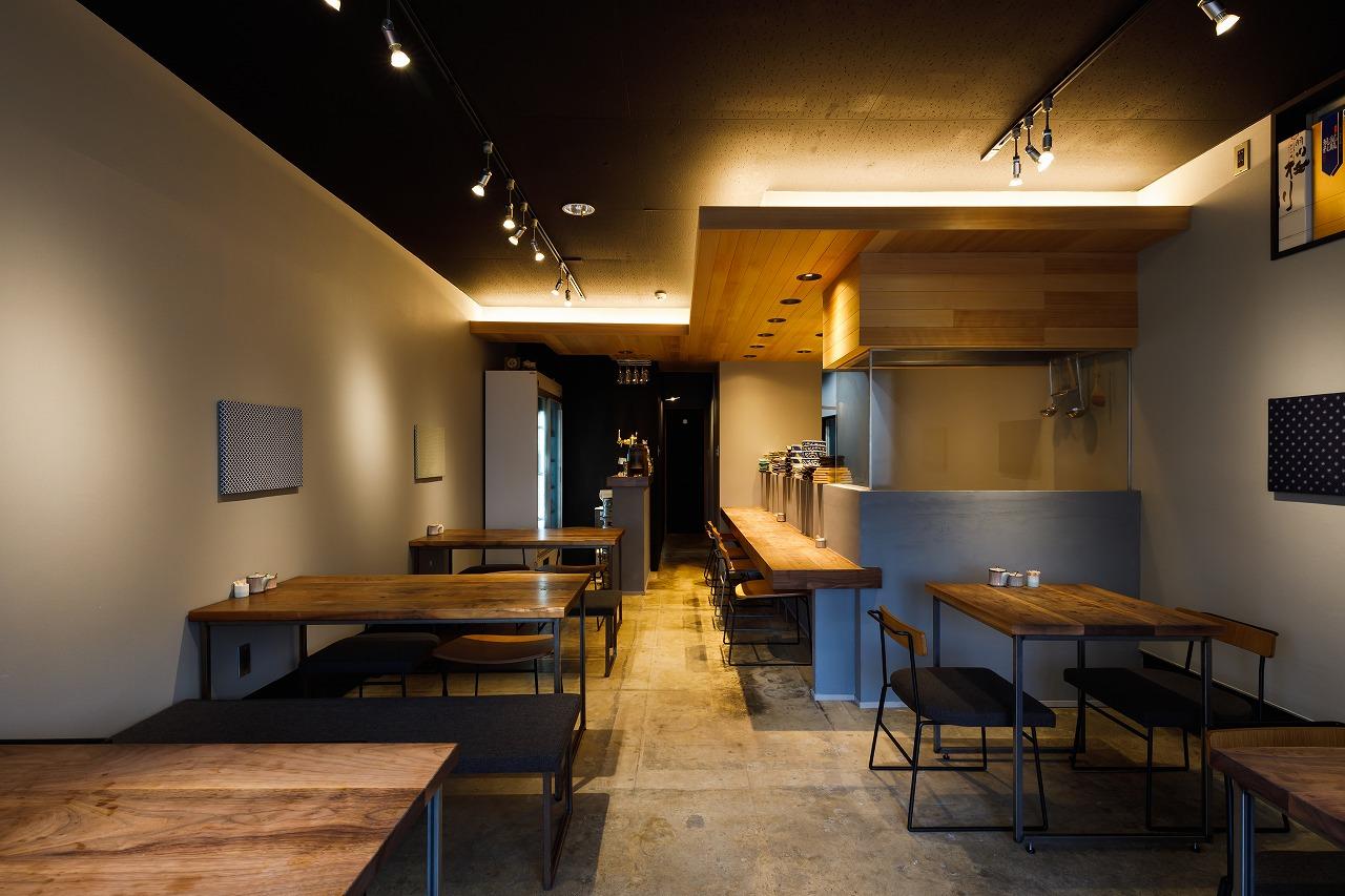 無垢の下がり天井とカウンターがある居酒屋